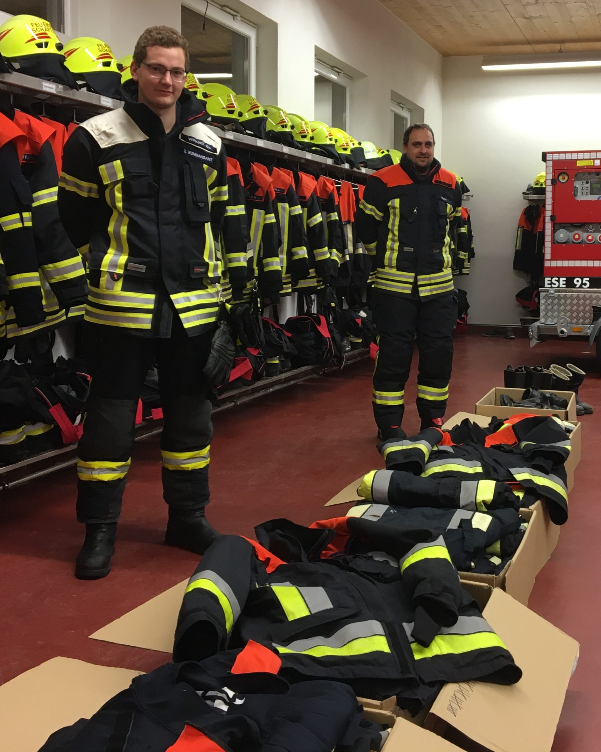 Das Bild zeigt unseren 2. Kommandanten Quirin Wirkner und Atemschutzausbilder Tobias Huber in neuer Einsatzkleidung.